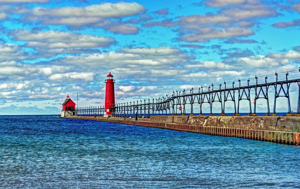 Grand Haven South Pierhead Entance Light and Inner Light on Lake Michigan.jpgBy AcrylicArtist Morguefile.com